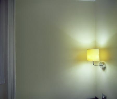 Motel「Sconce Shining Light onto Corner in Room」:スマホ壁紙(0)