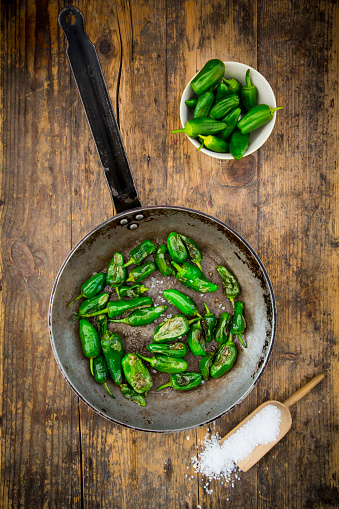 Green Bell Pepper「Frying pan with prepared Pimientos de Padron」:スマホ壁紙(10)