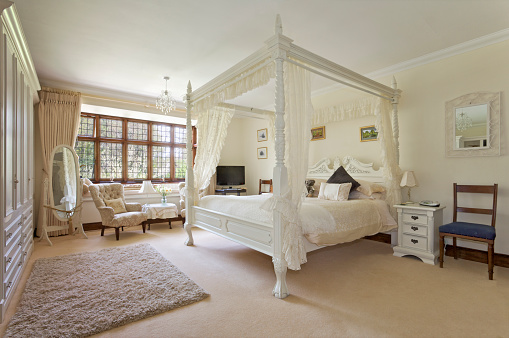 English Culture「White four-poster bed in large neutral-colored bedroom」:スマホ壁紙(18)