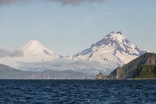 Volcano Islands「Shishaldin Volcano And Isanotski Peaks In The Background Of The Rugged Cliff Shoreline Of Cape Pankof On Unimak Island, Eastern Aleutian Islands」:スマホ壁紙(19)