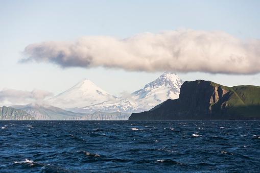 Volcano Islands「Shishaldin Volcano And Isanotski Peaks In The Background Of The Rugged Cliff Shoreline Of Cape Pankof On Unimak Island, Eastern Aleutian Islands」:スマホ壁紙(9)