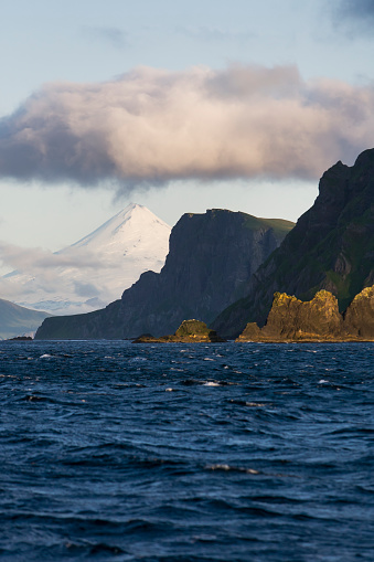 Volcano Islands「Shishaldin Volcano And Isanotski Peaks In The Background Of The Rugged Cliff Shoreline Of Cape Pankof On Unimak Island, Eastern Aleutian Islands」:スマホ壁紙(11)