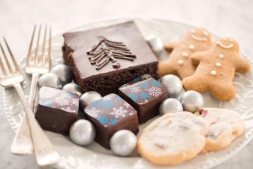 Gingerbread Cookie「Elegant Winter Themed Dessert Plate, Cake, Candy, Chocolates, Cookies」:スマホ壁紙(19)