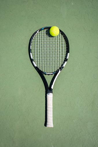 Hobbies「Racket and ball on a tennis court」:スマホ壁紙(13)