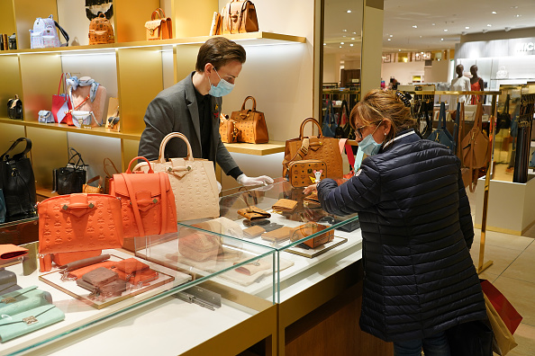 Retail「KaDeWe Department Store Reopens During The Coronavirus Crisis」:写真・画像(6)[壁紙.com]