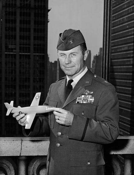 USAF「Chuck Yeager With X-1 Model」:写真・画像(18)[壁紙.com]