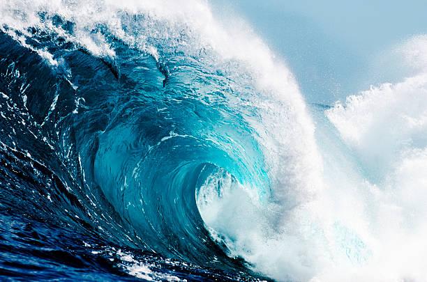 Close-up view of huge ocean waves:スマホ壁紙(壁紙.com)