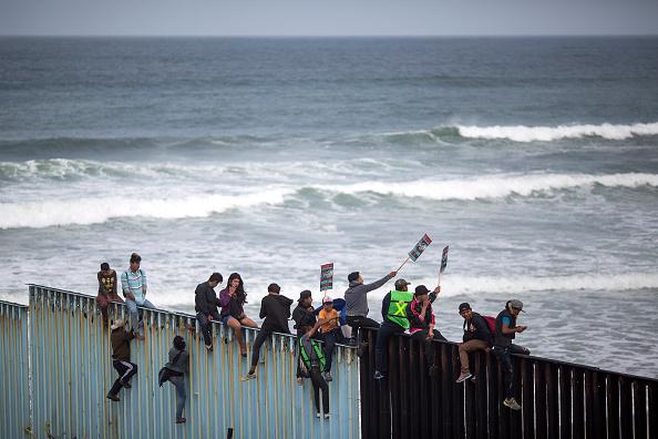 Baja California Peninsula「Migrants In Caravan That Travelled Through Mexico Attempt To Be Granted Asylum At U.S. Border」:写真・画像(17)[壁紙.com]