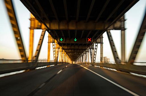 Traffic Arrow Sign「driving on bridge」:スマホ壁紙(6)