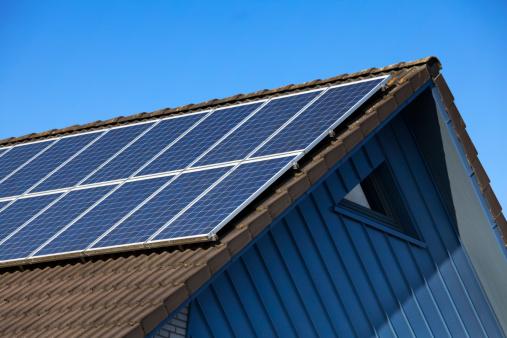 Power Equipment「solar panel on gable roof against blue sky」:スマホ壁紙(4)
