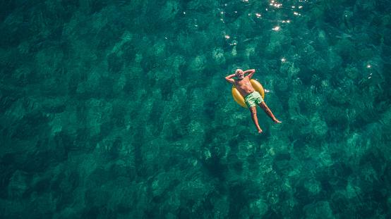 大人「海でリラックス。」:スマホ壁紙(9)