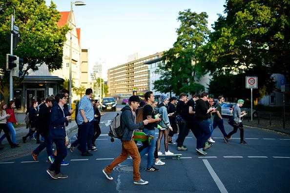歩く「Pokemon GO Enthusiasts Play In Hanover」:写真・画像(2)[壁紙.com]