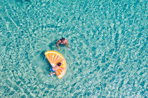 大人「水泳の人々のドローンビュー」:スマホ壁紙(15)
