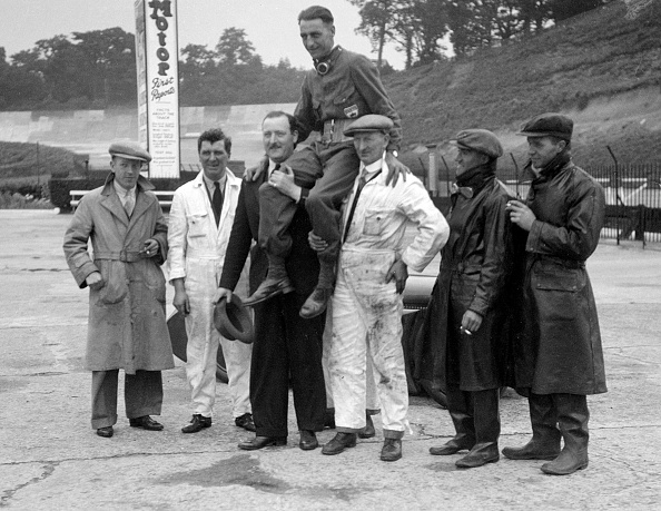 Effort「Leon Cushman being carried aloft after making a successful speed record attempt, Brooklands, 1931」:写真・画像(11)[壁紙.com]