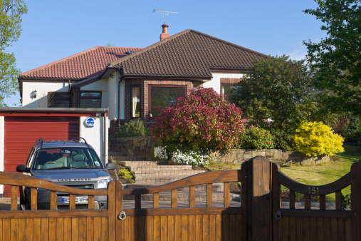 Bungalow「Bungalow front garden, gates and drive with car parked, Wirral, Merseyside, England」:スマホ壁紙(2)