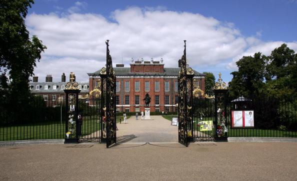Kensington Palace「Floral Tributes Laid For Diana 10th Anniversary」:写真・画像(1)[壁紙.com]