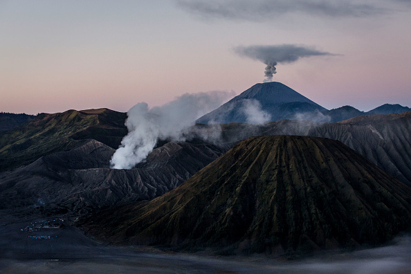 Natural Phenomenon「Indonesians Perform Kasada Ritual On Mount Bromo」:写真・画像(12)[壁紙.com]