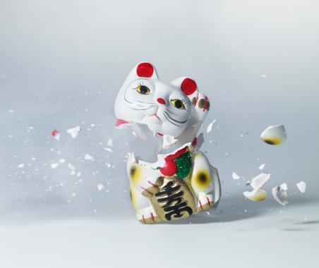 Destruction「Maneki Neko exploding, close-up」:スマホ壁紙(9)