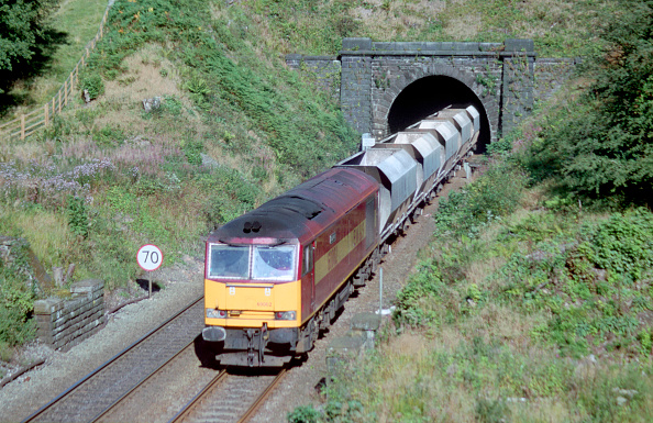 Mountain Peak「An EWS freight train exits a tunnel on the railway in the Peak District national park. 2004」:写真・画像(18)[壁紙.com]