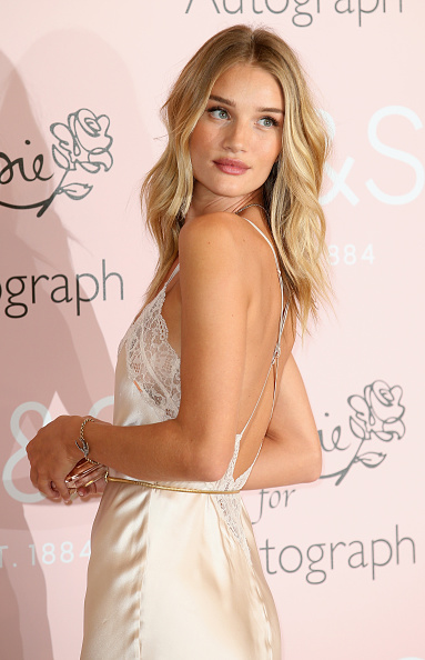 Rosie Huntington-Whiteley「Rosie Huntington-Whiteley Launches Her New Fragrance For M&S」:写真・画像(16)[壁紙.com]