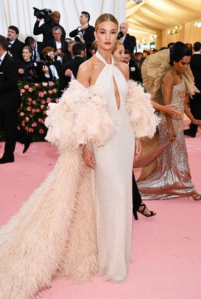 ロージー・ハンティントン・ホワイトリー「The 2019 Met Gala Celebrating Camp: Notes on Fashion - Arrivals」:写真・画像(15)[壁紙.com]