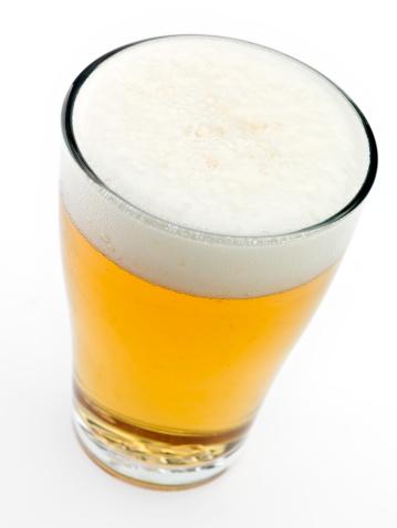 斜めから見た図「ガラスの冷たいビール」:スマホ壁紙(6)