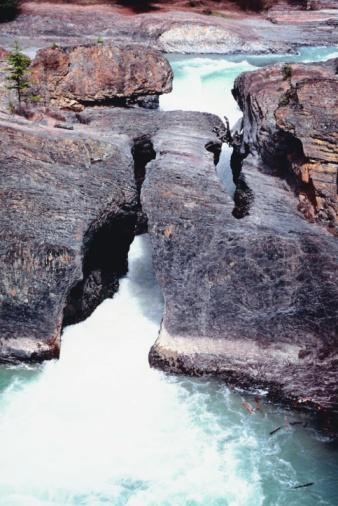 Yoho National Park「River flowing under rocks」:スマホ壁紙(10)