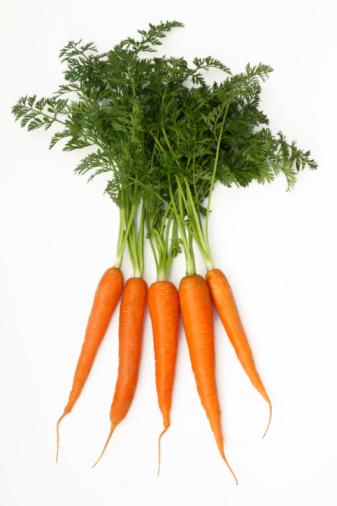 Carrot「Five fresh organic carrots with green tops.」:スマホ壁紙(2)