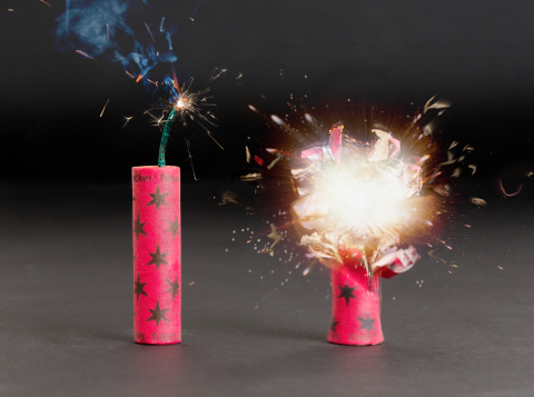 花火「Fireworks cracker exploding」:スマホ壁紙(17)