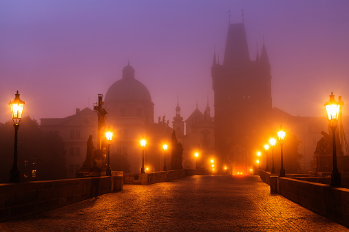 Gas Light「Prague, Czech Republic, Charles Bridge Illuminated in Foggy Morning」:スマホ壁紙(13)