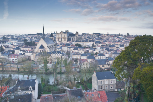 Nouvelle-Aquitaine「The city of Poitiers under dawn skies.」:スマホ壁紙(2)