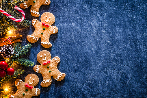 Gingerbread Cookie「Christmas backgrounds: homemade gingerbread cookies border with copy space.」:スマホ壁紙(4)