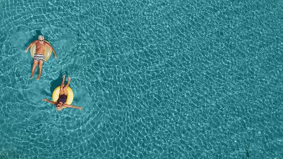 大人「海で楽しみを持っているシニア カップル」:スマホ壁紙(2)