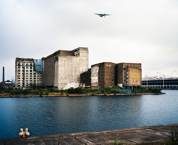Vitality「Millennium Mills, Royal Docks, East London, with approaching plane landing at City Airport」:写真・画像(11)[壁紙.com]