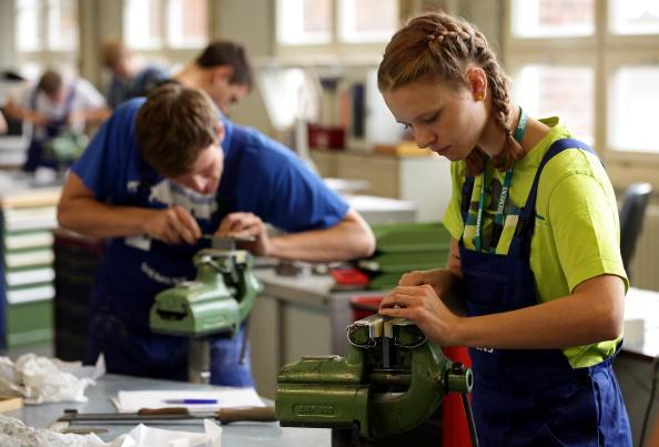 Engineering「New Trainees Begin Training Programs」:写真・画像(16)[壁紙.com]