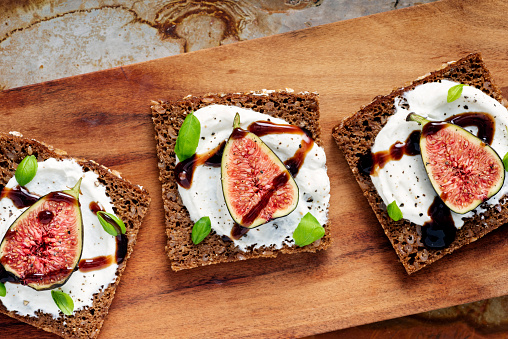 Denmark「Fresh figs, ricotta cheese, fresh basil on rye bread with balsamic vinegar overhead view.」:スマホ壁紙(11)