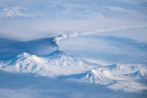 クリチェフスコイ火山「An eruption plume emanating from Kliuchevskoi volcano.」:スマホ壁紙(1)