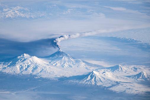 クリチェフスコイ火山「An eruption plume emanating from Kliuchevskoi volcano.」:スマホ壁紙(1)