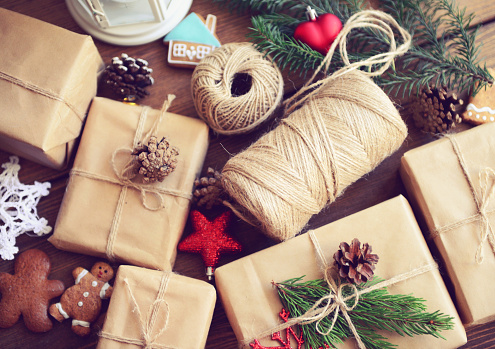 Christmas Paper「gift box on a wooden background」:スマホ壁紙(18)