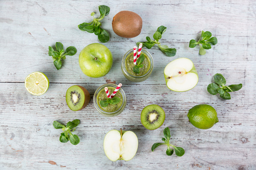 Kiwi「Two glasses of green smoothie and ingredients on wood」:スマホ壁紙(1)