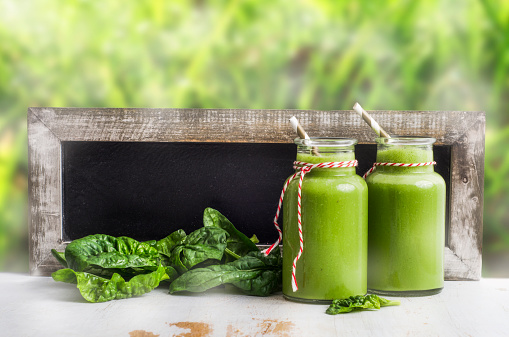 Mash - Food State「Two glasses of spinach smoothie, spinach leaves and blackboard」:スマホ壁紙(18)