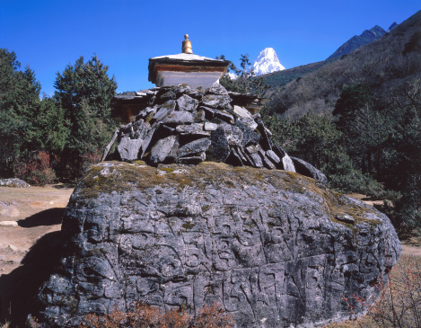 Ama Dablam「Chorten and Ama Dablam from nunnery below Thyangboche Monastery. Ama Dablam, Thyangboche Monastery, Khumbu, Nepal.」:スマホ壁紙(2)