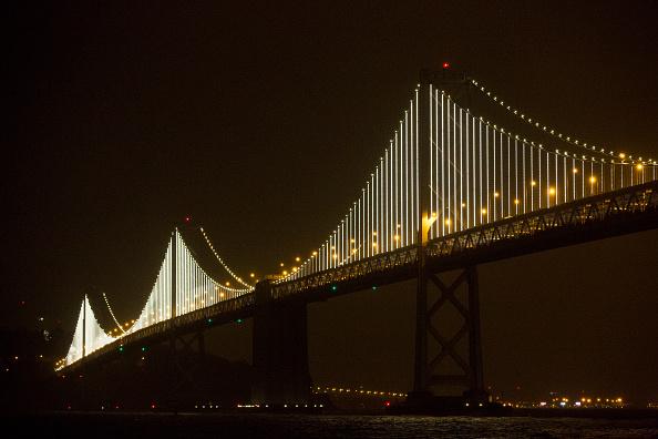 San Francisco-Oakland Bay Bridge「World's Largest LED Light Sculpture Lights Up The Bay Bridge」:写真・画像(6)[壁紙.com]