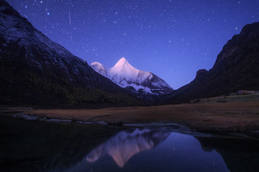 Dramatic Landscape「An Orionid meteor steaks over the Jampayang snow mountain in China.」:スマホ壁紙(9)