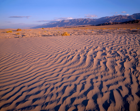 グレープバイン山「Textures in sand dunes at Mesquite Flats with Grapevine Mountains in distance, Death Valley National Park, California, USA」:スマホ壁紙(13)