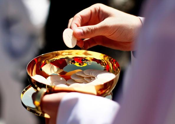 Priest「Pope Benedict XVI Celebrates Mass At Nationals Stadium」:写真・画像(1)[壁紙.com]