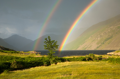 Approaching「Rainbow over Wast Water with the peaks of Great Gable (left) and Lingmell (centre) in the distance, in the scenic Lake District National Park」:スマホ壁紙(7)
