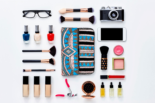 Knolling - Concept「Clutch bag surrounded with beauty products and technologies」:スマホ壁紙(4)