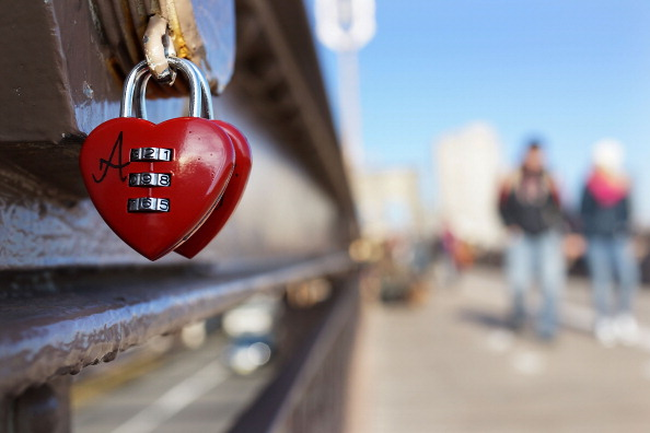Couple - Relationship「Couples Symbolize Their Love By Attaching Locks To The Brooklyn Bridge」:写真・画像(6)[壁紙.com]