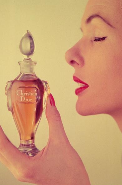 Smelling「Miss Dior Perfume」:写真・画像(8)[壁紙.com]